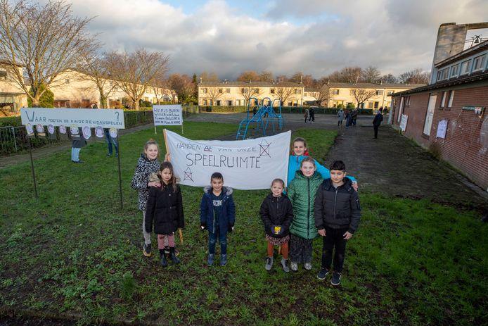 Een groepje kinderen uit de Schiedamse wijk Tuindorp poseert bij de zelfgemaakte spandoeken.