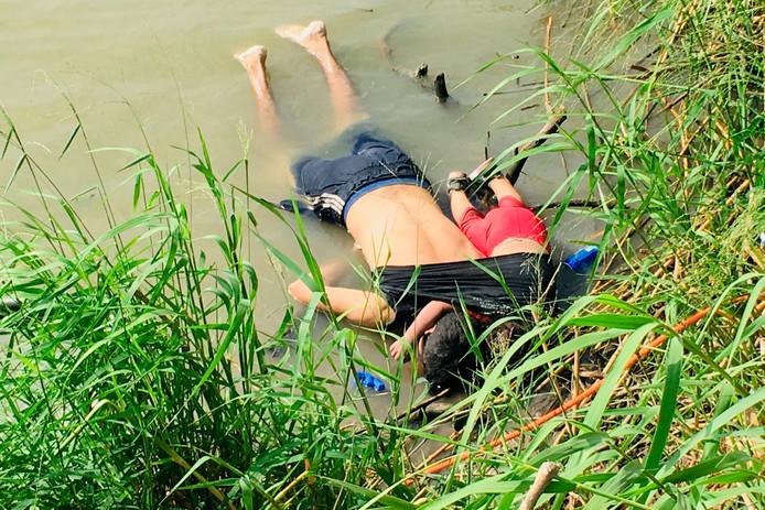 De veelbesproken foto van Oscar Alberto Martanez Ramarez en zijn bijna 2-jarige dochter Valeria werden maandag gevonden aan de oever van de Rio Grande in Matamoros, Mexico. Ze verdronken toen ze de rivier op de grens met de Amerikaanse staat Texas probeerden over te steken.
