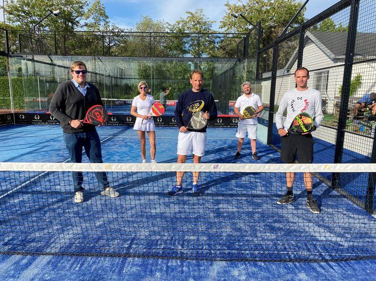 Voorzitter Kris Dobbelaere (midden) is tevreden dat de padelclub weer aan de slag mag.