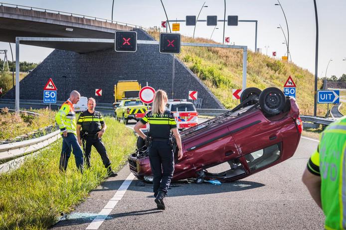 Auto belandt op dak op A50 bij Eindhoven