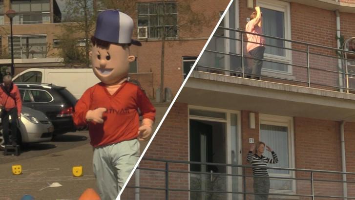 Ouderen spelen levend ganzenbord vanaf balkon: 'Nu zijn we niet meer eenzaam!'