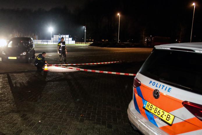 De politie spant linten rond de locatie waar de schietpartij in het Develpark plaatsvond.