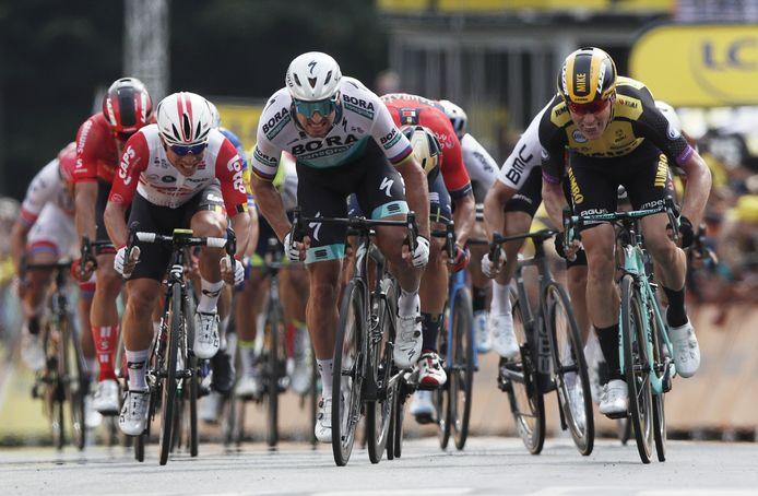 Peter Sagan wordt nipt verslagen door Mike Teunissen in de eerste Tour-etappe.