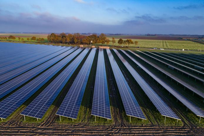 Zonnepark van 14 hectare bij Emmeloord. De 43.500 zonnepanelen zijn goed voor ongeveer 12,5 MW aan stroom per jaar.