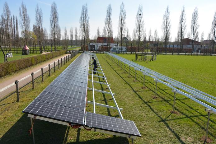Installatie van het zonneveld bij stadsboerderij De Korenmaat in Arnhem-Zuid door Slim Opgewekt.