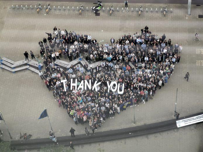 Naast de 'Thank You' van de personeelsleden ontrolden de vakbonden een banner met de tekst 'Neen aan naakte ontslagen' (rechtsonder in beeld).