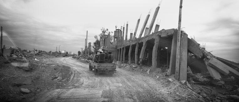 De weg vanuit Der-Ezzor was de route van het slagveld, maandenlang werd hier om iedere meter gevochten, het resultaat is dat er geen mensen meer kunnen terugkeren, het hele gebied is een groot mijnenveld, iedere stap naast de weg kan fataal zijn. Beeld Eddy van Wessel