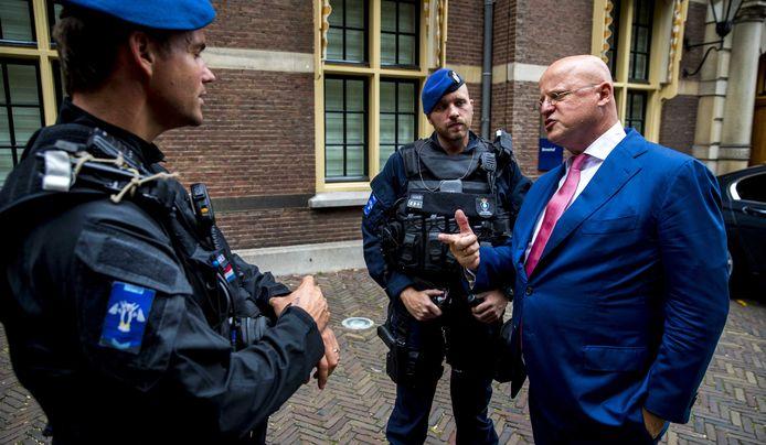 Archiefbeeld: Minister Ferdinand Grapperhaus van Justitie en Veiligheid maakt kennis met twee agenten van de koninklijke Marechaussee