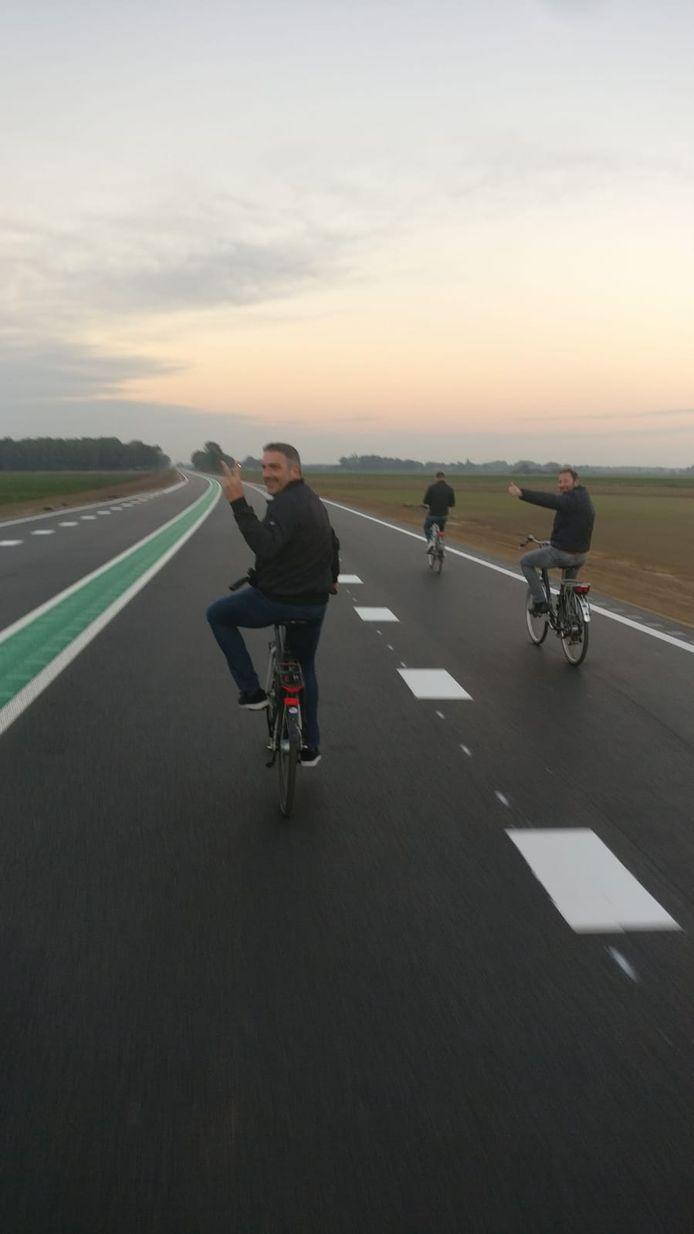 Fietsers op de nog autoloze N34 tussen Hardenberg en Coevorden