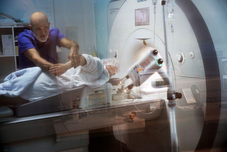 Een borstkankerpatiënt ondergaat een MRI-scan in het OLVG. Beeld Hollandse Hoogte / Ton Toemen