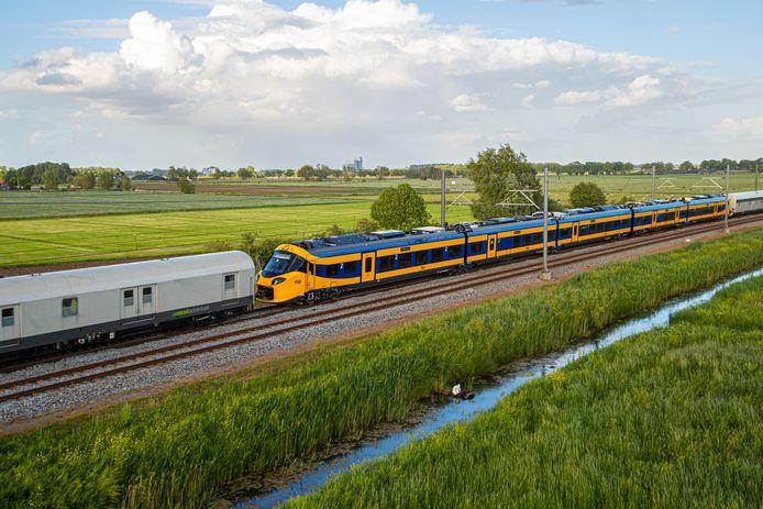 De Wesp - de ICNG - op het tracé tussen Zwolle en Kampen. Op de achtergrond is nog net de IJsseltoren van Zwolle te zien.