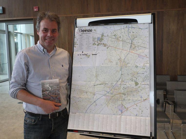 Burgemeester Jan Vermeulen (CD&V) met het stratenplan van Deinze.