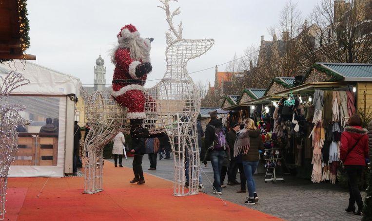 Bezoekers kuieren op de laatste dag van het kerstdorp langs de kraampjes.