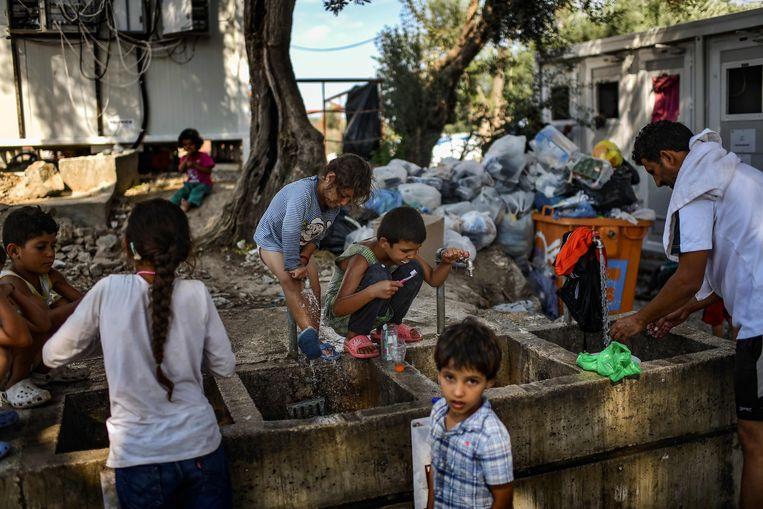 Migranten in een kamp in Moria op Lesbos. Beeld AFP