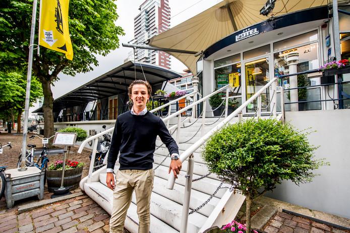 Jan-Willem Janssen runt het drijvende hotel H2otel.