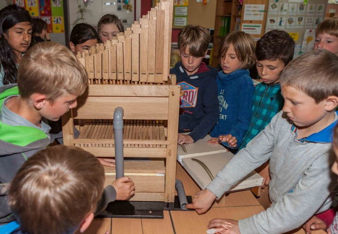 Leerlingen kunnen zelf het Doe-orgel in elkaar zetten.