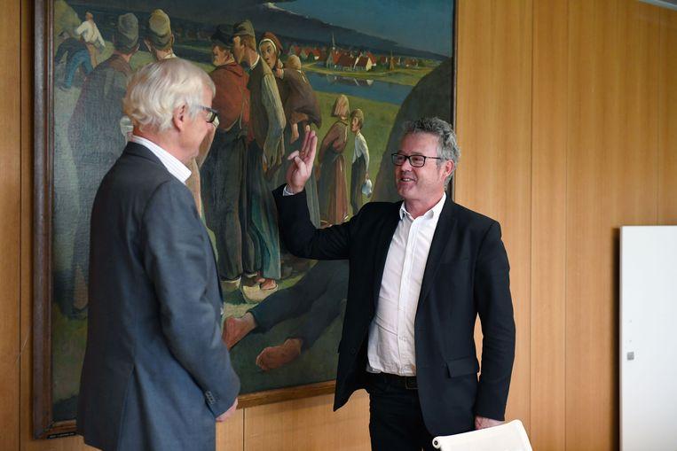 Kris Leaerts legt de eed af in handen van provinciegouverneur Lodewijk De Witte.