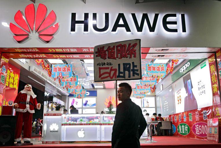 Promotie van 5G-diensten bij een mobiele telefoonwinkel in Shenzhen, China. Beeld AP