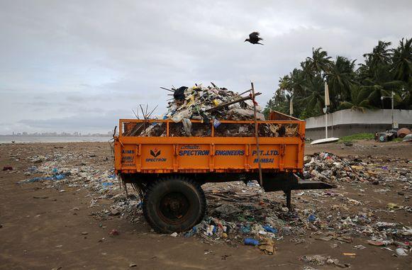 Het strand van Mumbai in India ligt vol met plastic.
