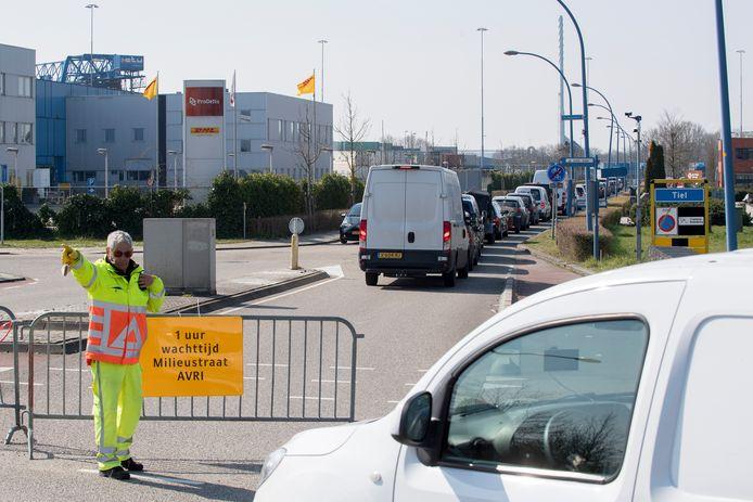 Een verkeersregelaar probeert de stroom aan auto's onder controle te houden.