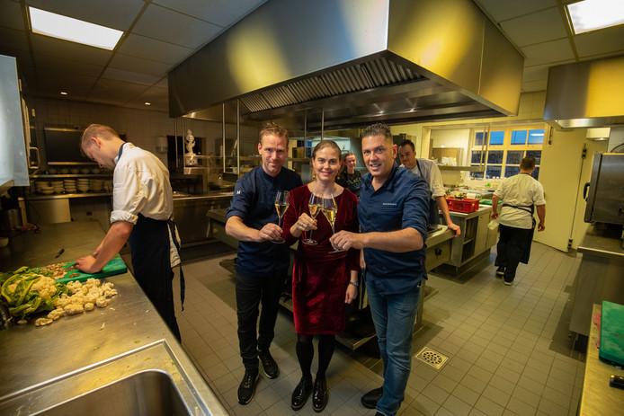 Terwijl de collega's druk aan het werk zijn heft sous-chef Ewout Eleveld (l) in de keuken van restaurant De Leest in Vaassen het glas met de uitbaters Kim Veldman en Jacob Jan Boerma, op de laatste dag dat het driesterrenrestaurant open is.