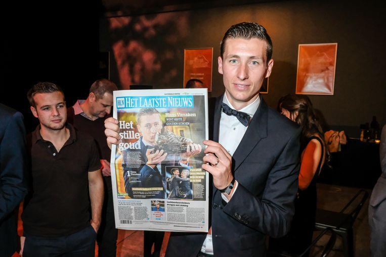 Al meteen met een pas gedrukt exemplaar van Het Laatste Nieuws in de hand.