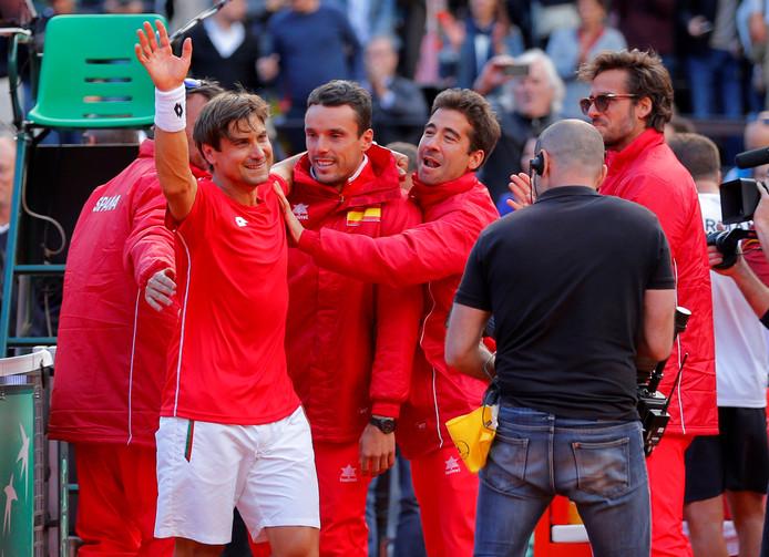 De Spanjaarden vieren een winstpartij in de Davis Cup.
