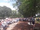 Burgemeester Arinda Callewaert spreekt de aanwezigen toe bij de onthulling van het monument van de vliegramp van 22 juni 1944 in Walik