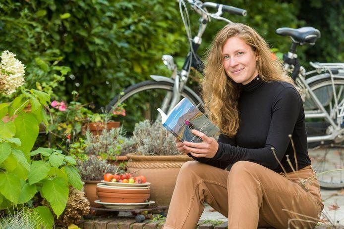 Lydia Leibbrandt met haar boek.