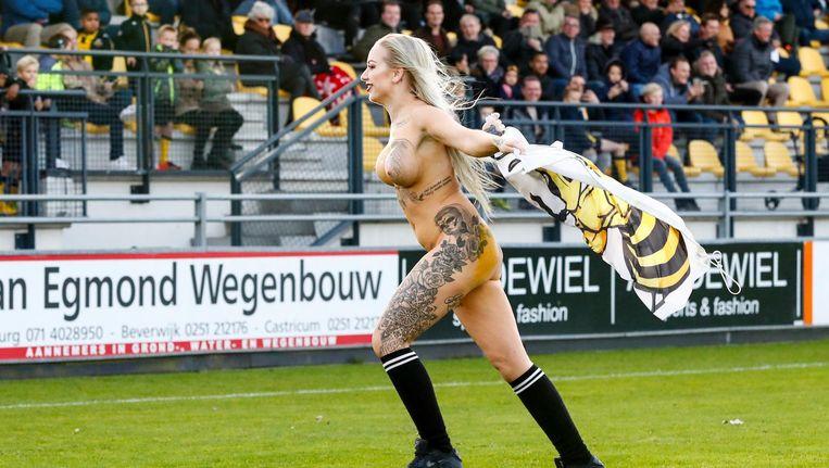 De naakte fan van Rijnsburgse Boys, zondag op het veld. Beeld Pro Shots / Toon Dompeling