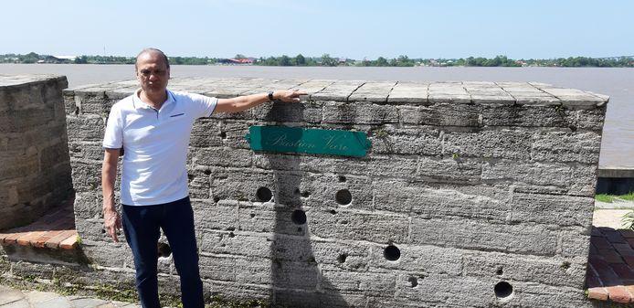Sunil Oemrawsingh op de plek in Fort Zeelandia waar zijn oom werd geëxecuteerd. In de muur de kogelgaten als bewijs.