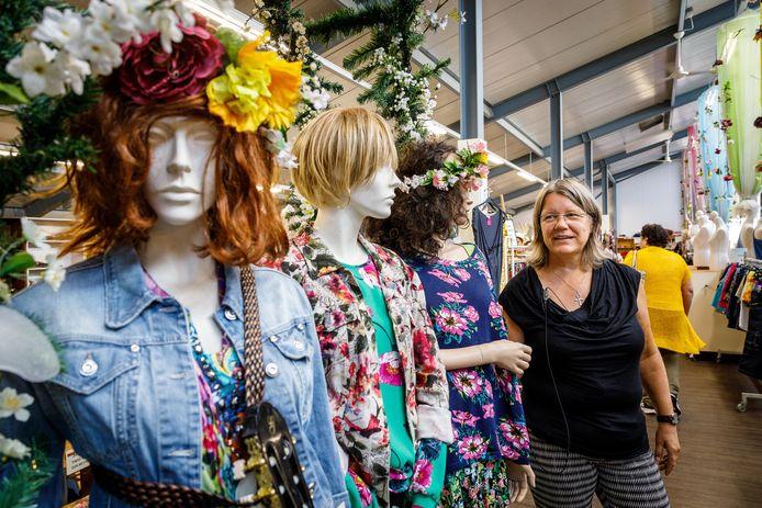 Ineke de Jong, bedrijfsleider van de kringloopwinkels in Steenwijkerland, ziet dat het steeds lastiger wordt om een goede bestemming voor de kleding te vinden.