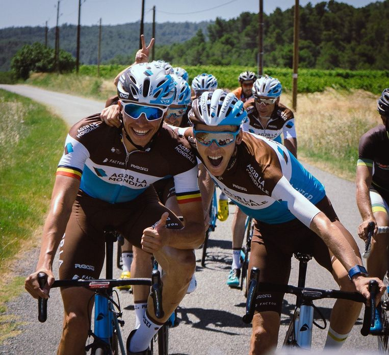 Een beeld uit de Tour van vorig jaar: Oliver Naesen (links) en Romain Bardet dollen tijdens de rustdag.