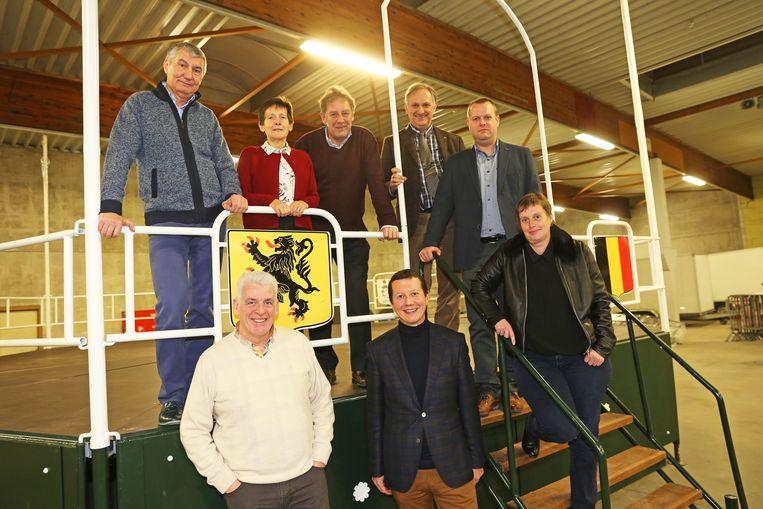 Het nieuwe college van burgemeester en schepenen is trots op de vernieuwde kiosk.