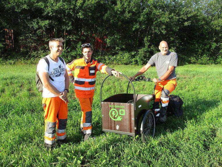 Gemeentearbeiders bij de elektrische bakfiets.