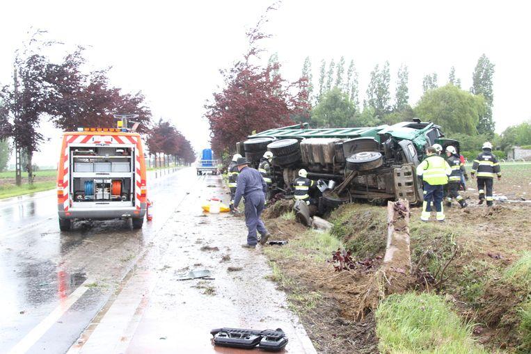 De vrachtwagen ramde eerst twee bomen vooraleer hij op de akker belandde.