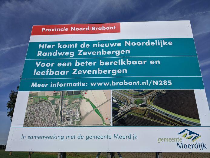 Het bord dat sinds enkele weken aan de rotonde in Zevenbergen staat, op de N285 ter hoogte van de N389.