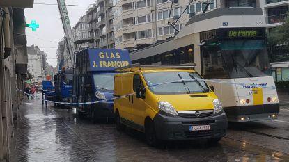 """Kusttram rijdt tegen raam dat op verhuislift staat, liftbestuurder krijgt glas bovenop zich. """"We zijn in shock"""""""