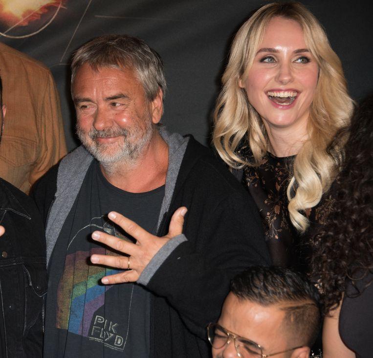 Met producer Luc Besson op de première van 'Taxi 5'. Nu heeft Sand Van Roy haar haren weer naturel bruin, toen ze nog in zijn greep zat, was ze blondine. Verplicht door hem, net zoals hij op de set enkel rokjes toeliet.