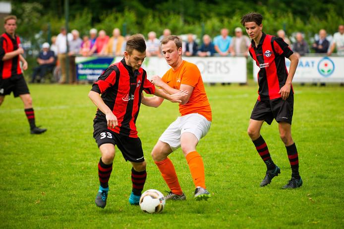 Kenneth van de Wiel (links) van Best Vooruit in duel met Sjors Goossens van Moerse Boys.