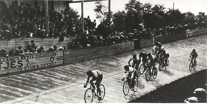 Eén van de zeldzame beelden van de wielerbaan Oostburg.