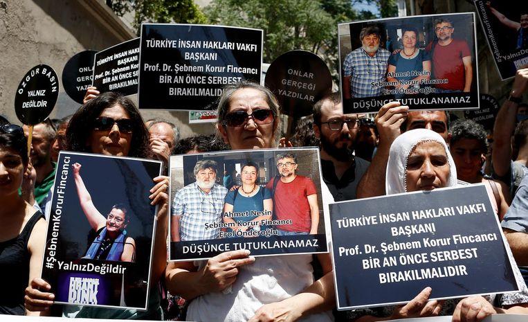 Turken gaan de straat op nadat journalisten en wetenschappers zijn opgepakt omdat zij terrorisme zouden promoten. Beeld epa