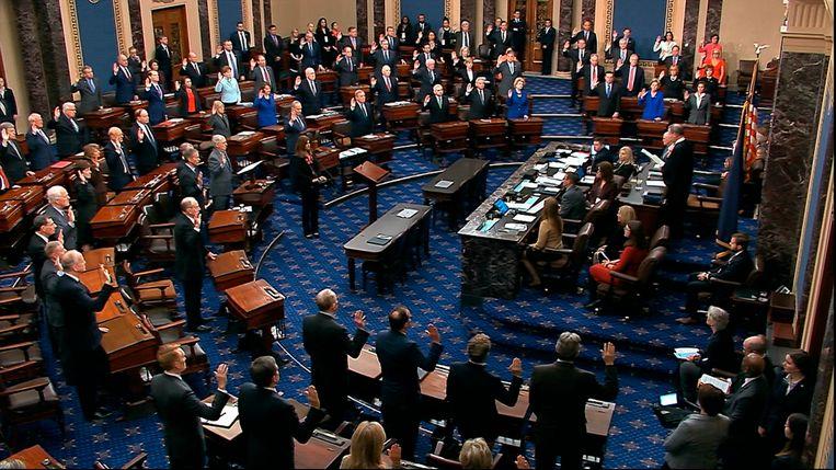 Opperrechter John Roberts beëdigt leden van de Senaat voor het impeachment-proces Beeld AP