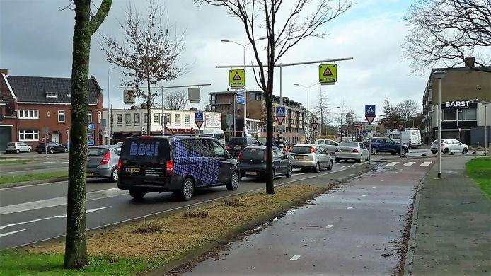 Drukte op de rotonde Burgemeester Freijterslaan Roosendaal.
