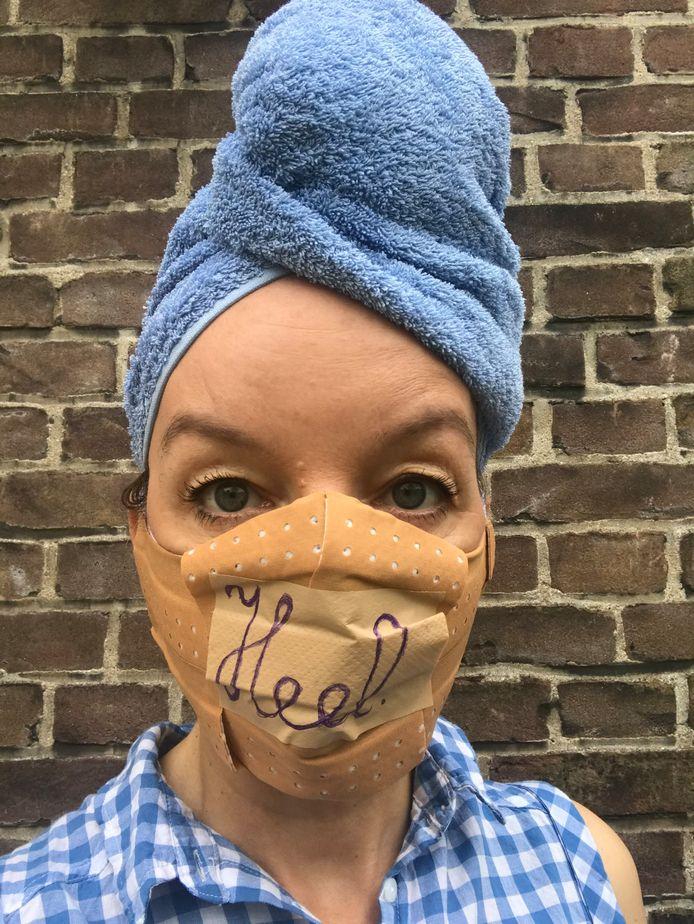 Sanne Wallis de Vries schreef haar programma helemaal om naar aanleiding van de coronapandemie. Ze treedt zaterdag 3 oktober op in Arnhem met 'HEEL'.