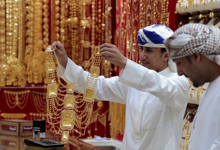 Bij een juwelier in Dubai. Strenge moslims mogen geen rente op hun geld trekken. Beeld Reuters