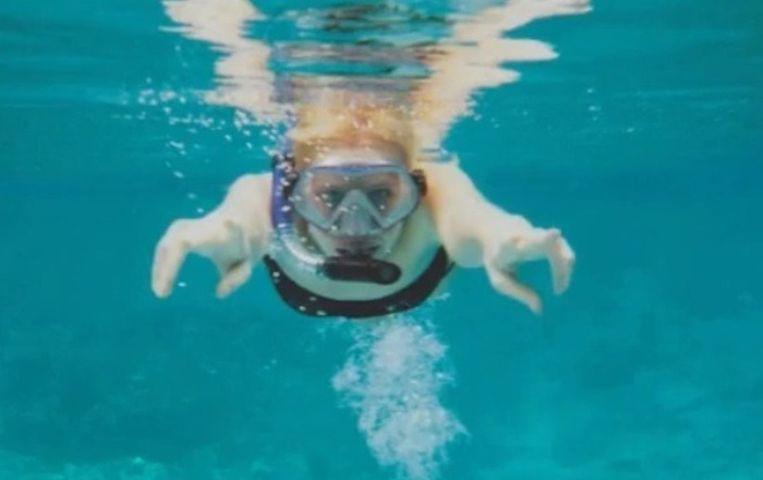 Zilla plaatste een foto op Facebook, snorkelend in Thailand. De foto is in werkelijkheid genomen in een zwembad in Amsterdam.