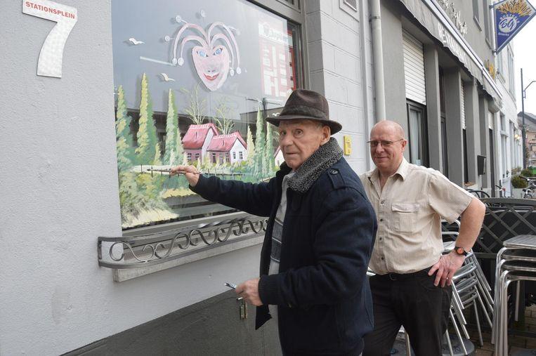 Frans Van den Stock en Eric De Jonge aan de vitrine van café 't Hoeksken.