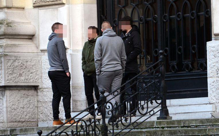 De twee broers (achteraan op de foto) zijn geen onbekenden voor het gerecht. Ze moesten zich al verantwoorden voor slagen aan de burgemeester van Holsbeek.