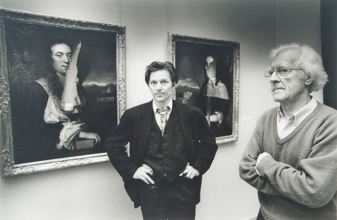 Jos Deuss en Leo Marchand, restaurateurs van het Dordrecht Museum, bij de vernielde schilderijen.
